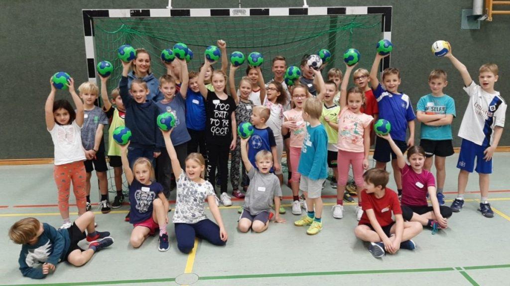 Bundesliga-Spielerin Maike Schirmer (links im Hintergrund) mit den Kids nach Abschluss der Veranstaltung Foto: Birgit Timm